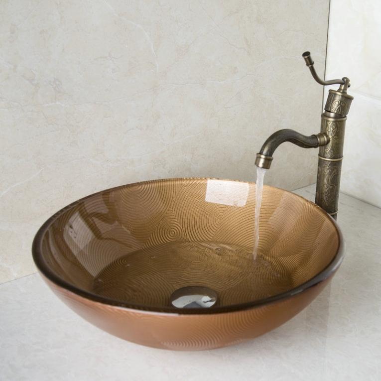 Nostalgische bronskleurige afgewerkte wastafel kraan met for Waskom kraan hoog
