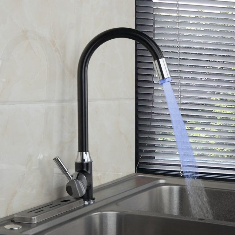 Zwarte olie Keuken kraan draaibaar met LED verlichting op waterkracht ...